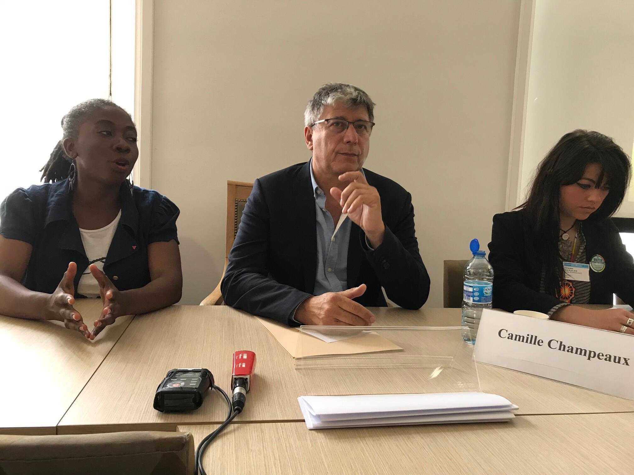 Os deputados franceses Danielle Obono e Eric Coquerel (à esquerda) e a ativista Aurélie Journée-Duez