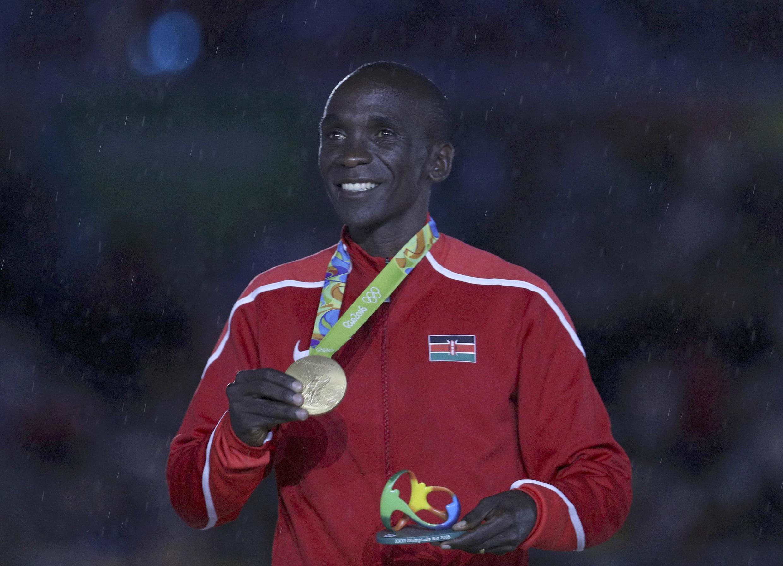 La clôture des JO a notamment été marquée par la remise de la médaille d'or au marathonien kényan Eliud Kipchoge.
