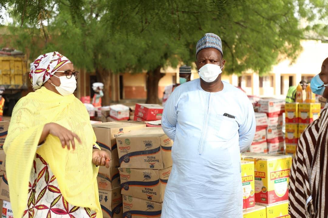 Mambobin kwamitin agajin gaggawa da gwamnatin jihar Borno ta kafa dake aikin rabon kayan taimakawa al'umma zaman gida