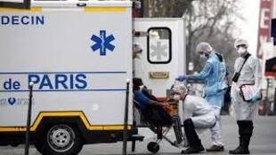 (Illustration) Une équipe d'urgentistes du Samu évacue un patient touché par le Covid-19 à Paris, en mars 2020.
