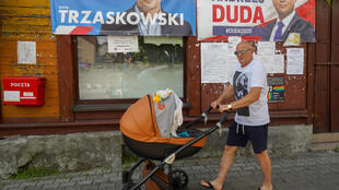Affiches de campagne des deux candidats à la présidentielle en Pologne, le sortant Andrzej Duda, soutenu par le parti PiS au pouvoir, et Rafal Trzaskowski, de la Civic Platform (PQ), formation de l'opposition.