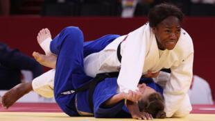 Clarisse Agbégnénou (en blanc) lors de sa finale contre la Slovène Tina Trstenjak, dans la catégorie -63 kg, à Tokyo, le 27 juillet 2021