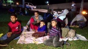 Madres solteras con niños en una caravana de migrantes, Honduras