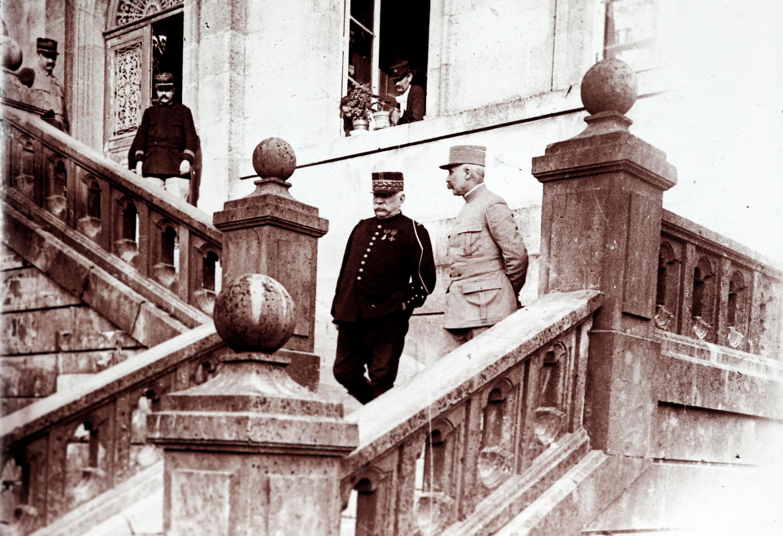 Жозеф Жоффр (слева) и Филипп Петен, март 1916.