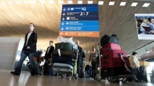 Des passagers soulagés d'arriver enfin à l'aéroport Charles-de-Gaulle de Roissy près de Paris ce 21 avril.