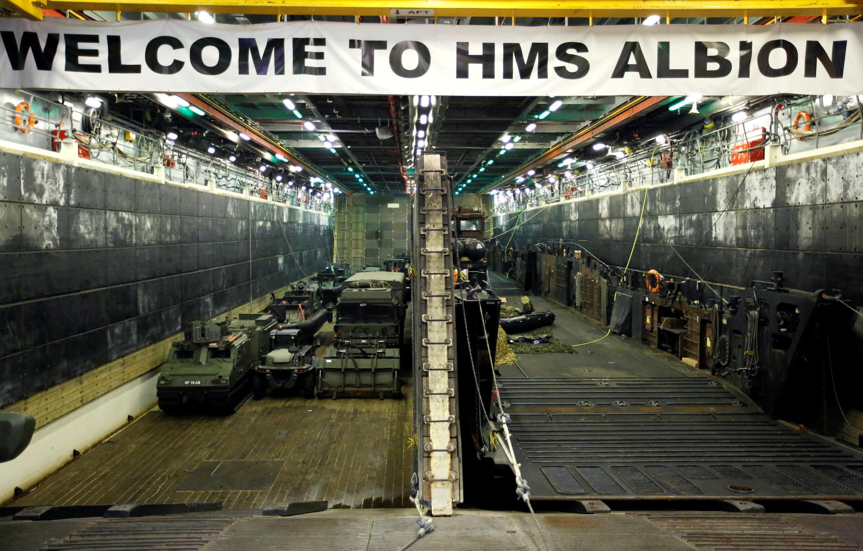 Thiết bị quân sự bên trong tầu đổ bộ HMS Albion của Hải Quân Anh, đậu tại Harumi Pier ở Tokyo, ngày 03/08/2018.