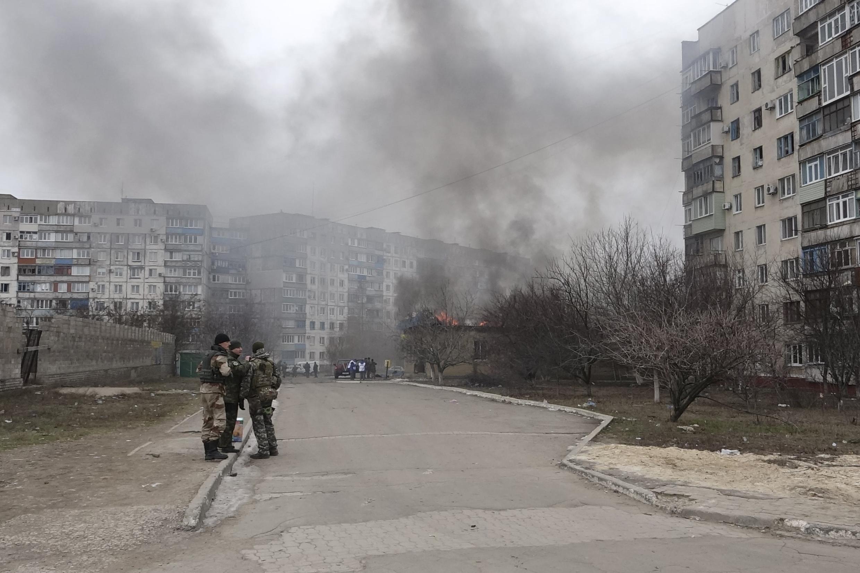 Des militaires ukrainiens dans les rue de Marioupol après des bombardements, le 24 janvier 2015, dans l'est de l'Ukraine.