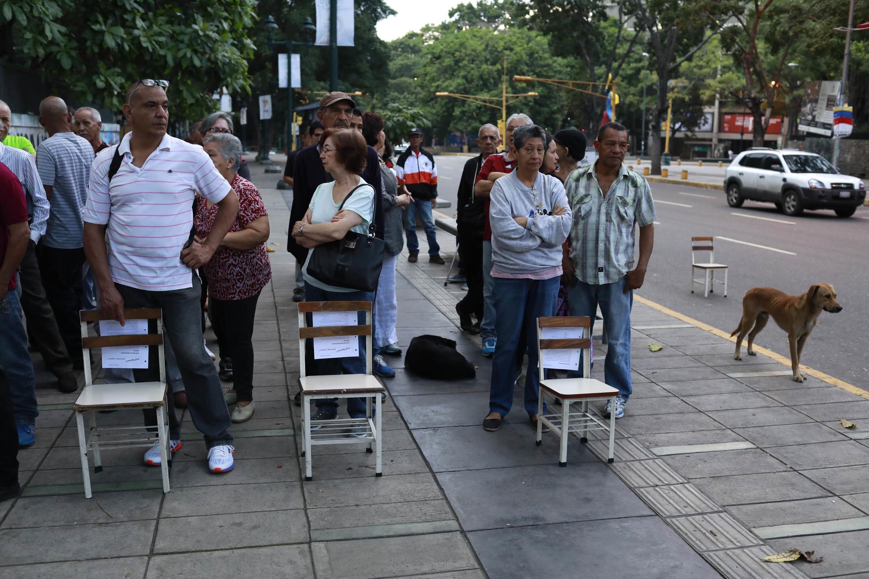 کاراکاس: مردم برای رای دادن انتظار میکشند