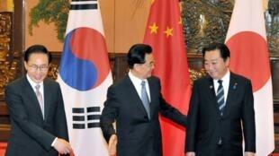 Le président chinois Hu Jintao (C), président sud-coréen Lee Myung-bak (G) et le Premier ministre japonais Yoshihiko Noda, au Palais du peuple, à Pékin en Chine, le 14 mai 2012.