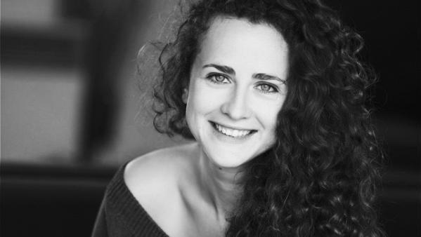 L'actrice et metteuse en scène Joséphine Serre chuchote « Au creux de l'oreille ».