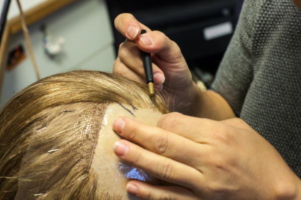 В мастерской, где для оперной сцены изготавливают парики, завивают букли и накладывают грим актерам, время как будто остановилось два или три века назад.