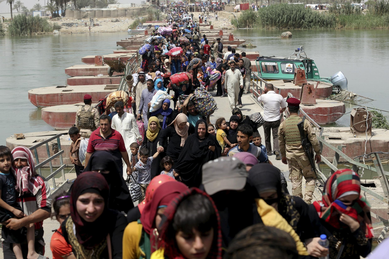 Dân chúng tháo chạy khỏi thành phố Ramadi, Irak. Ảnh ngày 24/05/2015.