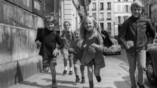 Des enfants à Paris, à leur retour de l'école. Photo datée du 11 septembre 1970.