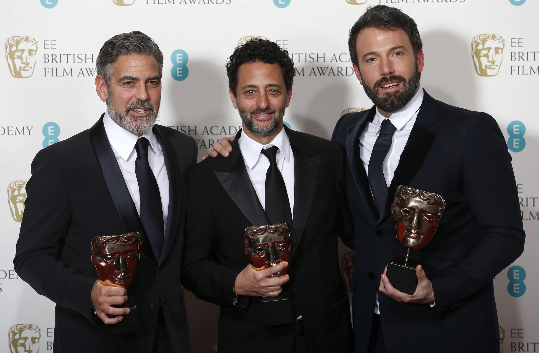 O filme 'Argo', de Ben Affleck, levou a estatueta de Melhor Filme do Bafta. Da esquerda para direita: Geroge Clooney, Grant Heslvov e Ben Affleck