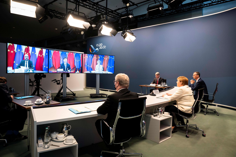 Thủ tướng Đức Angela Merkel (áo màu sáng), đương kim chủ tịch Liên Hiệp Châu Âu, tham gia Thượng Đỉnh trực tuyến EU-Trung Quốc ngày 14/09/2020. Ảnh chụp tại phủ thủ tướng Đức ở Berlin.