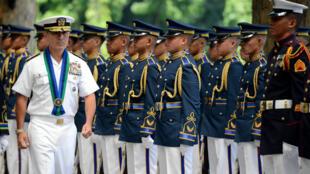 Đô đốc Harry Harris duyệt đội quân danh dự  tại tổng hành dinh quân đội Philippines ngày 26/08/2015.