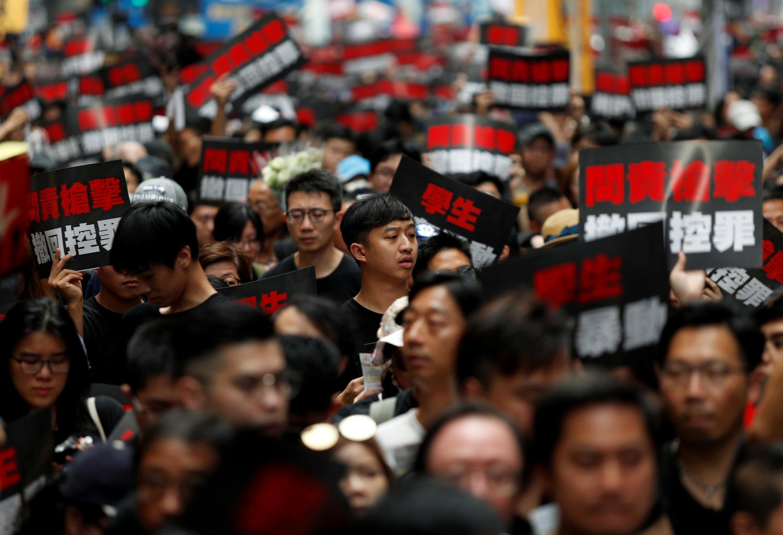 """香港""""反送中"""" 2019年6月16日 星期天 Manifestation gigantesque à Hong Kong ce dimanche 16 juin 2019 pour exiger le retrait total du projet de loi sur les extraditions."""