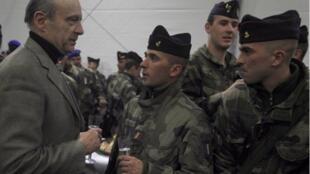 Le ministre français de la Défense Alain Juppé, auprès des forces françaises et alliées en Afghanistan, le 25 décembre 2010.