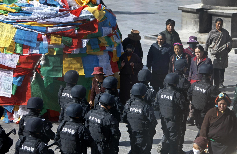 Công an Trung Quốc triển khai lực lượng chống biểu tình bạo động - REUTERS