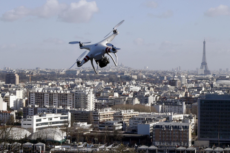 Pháp sử dụng drone giám sát an ninh tại nhiều khu vực trên toàn lãnh thổ. Ảnh thiết bị bay thực hiện phi vụ trên bầu trời Paris.