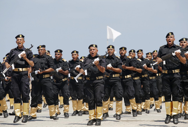 图为效忠哈马斯的巴勒斯坦警方力量在加沙举行的一次阅兵中