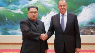 Ким Чен Ын (слева) и Сергей Лавров в Пхеньяне. 31 мая 2018 г.