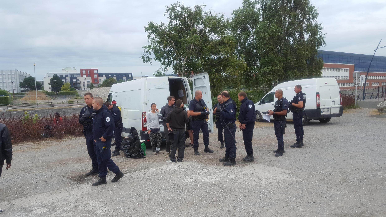 Une opération de police à Calais, le 28 juin.