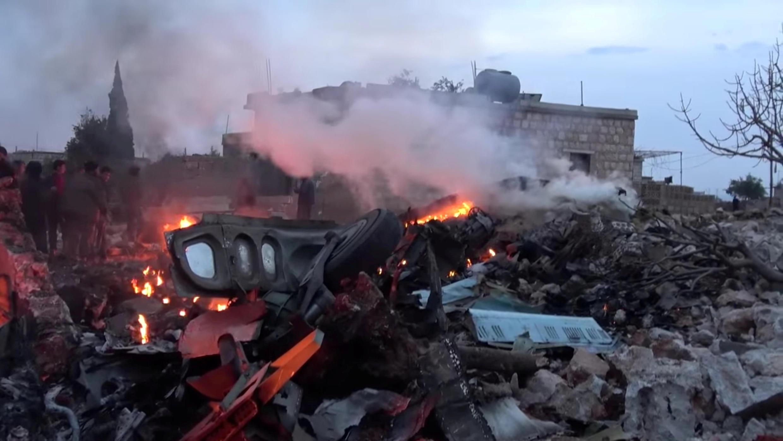 Carcaça do avião russo abatido no sábado (3) por jihadistas em Idlib, norte da Síria.