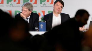 Matteo Renzi (à droite) et l'actuel Premier ministre italien Paolo Gentiloni lors d'une réunion du Parti démocrate à Rome, le 19 février 2017.