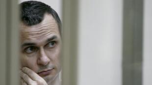 По словам адвоката Олега Сенцова Дмитрия Динзе, режиссер пообещал продолжать голодовку до «фатального конца»