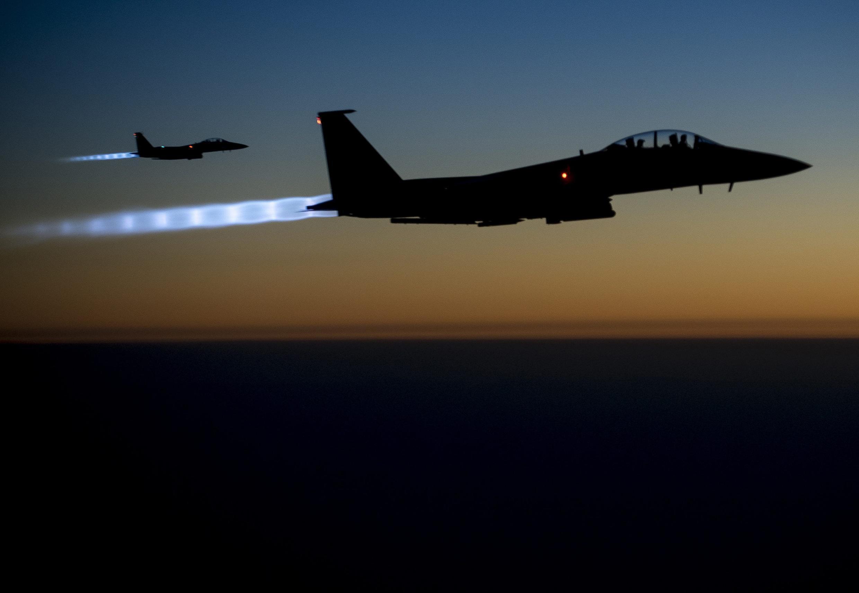 Aviões da Força Aérea norte-americana sobrevoa região do norte do Iraque depois de bombardear posições do grupo Estado Islâmico na Síria.