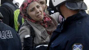 Des cris, des pleurs, la tension est à son comble près du village grec d'Idomeni, à la frontière macédonienne.