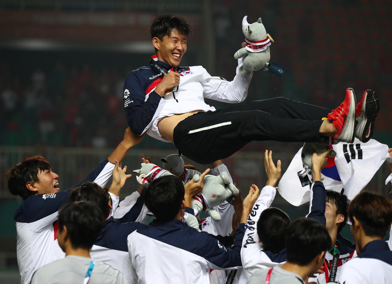 Le footballeur sud-coréen Son Heung-min fête l'or de son équipe lors des Jeux asiatiques, le 1er septembre 2018 à Bogor, en Indonésie.
