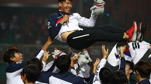 O jogador sul-coreano Son Heung-min comemora com sua equipe durante os Jogos Asiáticos