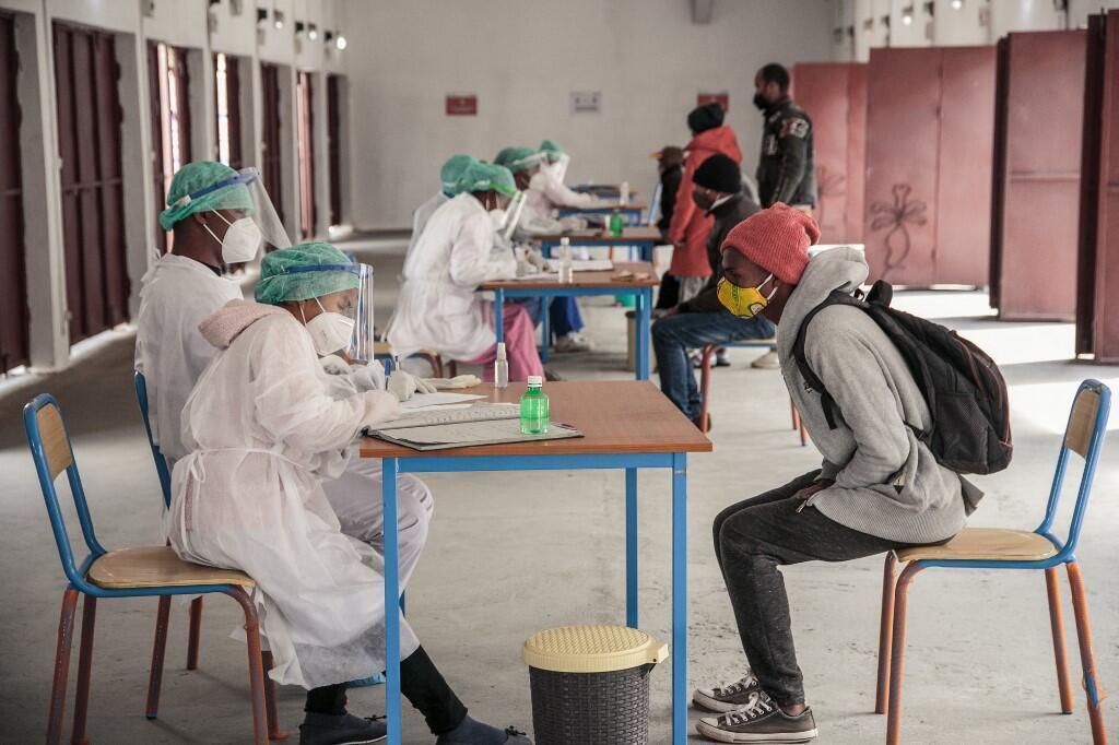 Des médecins reçoivent un patient pour qu'il effectue un test Covid-19 au centre médical Andohatapenaka à Antananarivo en juillet 2020 (image d'illustration).