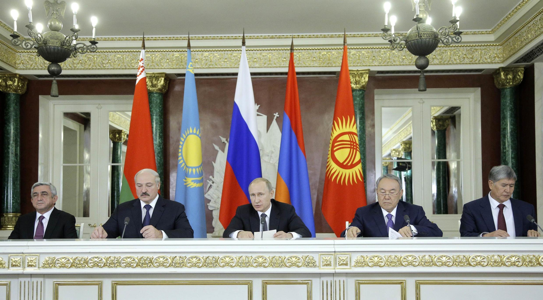 Tổng thống Nga Vladimir Putin (giữa) cùng đạo  Belarus, Alexander Lukashenko ( trái) và tổng thống Kazakhstan, Nursultan Nazarbayev trong Liên minh Kinh tế Á- Âu họp báo tại Matxcơva ngày 23/12/2014.