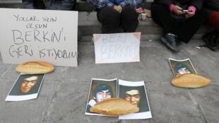 Scène de recueillement à Ankara après l'annonce de la mort du jeune Berkin Elvan, le 11 mars 2014.