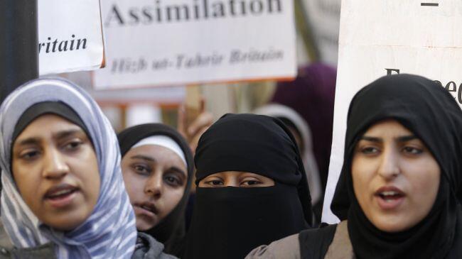 زنان مسلمان در اعتراض به ممنوعیت استفاده از برقع در فرانسه - ٢٥ سپتامبر ٢٠١٠