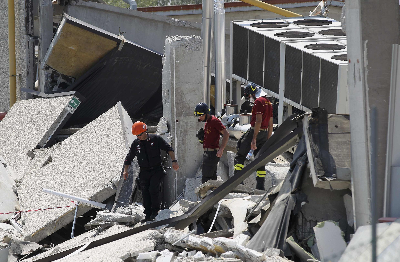 Các toán cấp cứu tìm kiếm nạn nhân tại Medolla, vùng Modena, sau cơn dư chấn hôm 29/05/2012 (REUTERS)