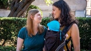 Katharina e Adeline posam na cidade francesa de Toulouse com filho de seis meses, concebido graças à reprodução assistida praticada na Dinamarca.