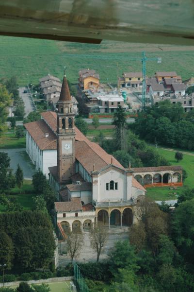 Vista aérea da cidade de Ospedaletto Lodigiano, pequena cidade na Lombardia, na Itália