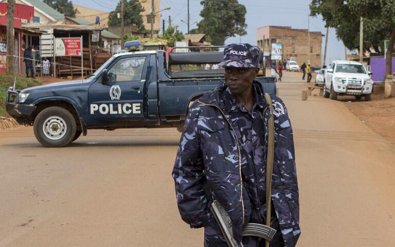 Askari poli wa Uganda akipiga doria katika moja ya mtaa wa Kampala, Machi 2015.
