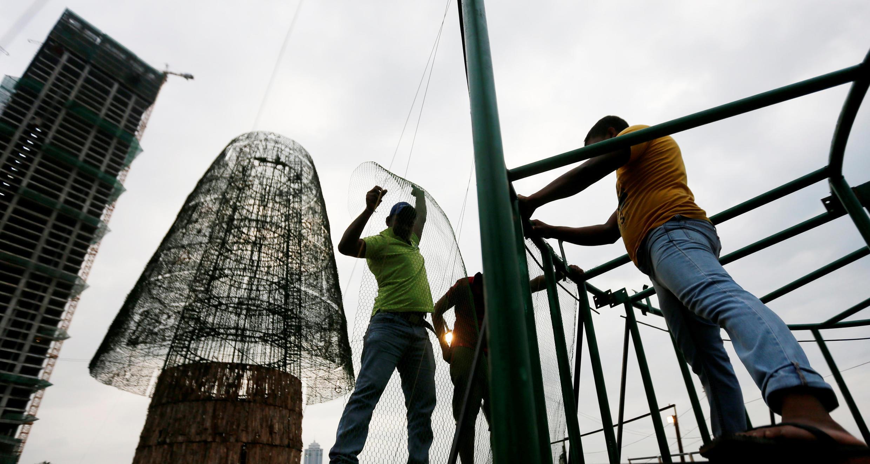 Работы по установке самой большой в мире искусственной елки в Шри-Ланке, 20 декабря 2016 г.