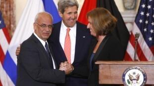 O negociador palestino Saeb Erekat (esquerda), o secretário de Estado americano, John Kerry, e a ministra israelense da Justiça, Tzipi Livni, no fim da rodada de diálogos entre Palestina e Israel, em Washington, no dia 30 de julho de 2013.