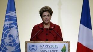 A presidente Dilma Rousseff discursa na sessão plenária da COP 21, em Paris.