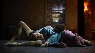 Jérémy Lopez et Clément Hervieu-léger en représentation d'«Angels in America».