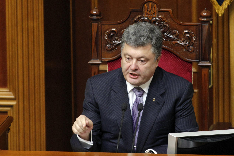 Petro Porochenko afirma que o cessar-fogo não está sendo respeitado pelos rebeldes.