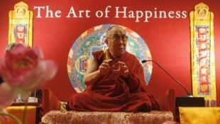 Le chef spirituel des bouddhistes tibétains, le Dalaï Lama, le 10 janvier 2010 à Calcutta en Inde.