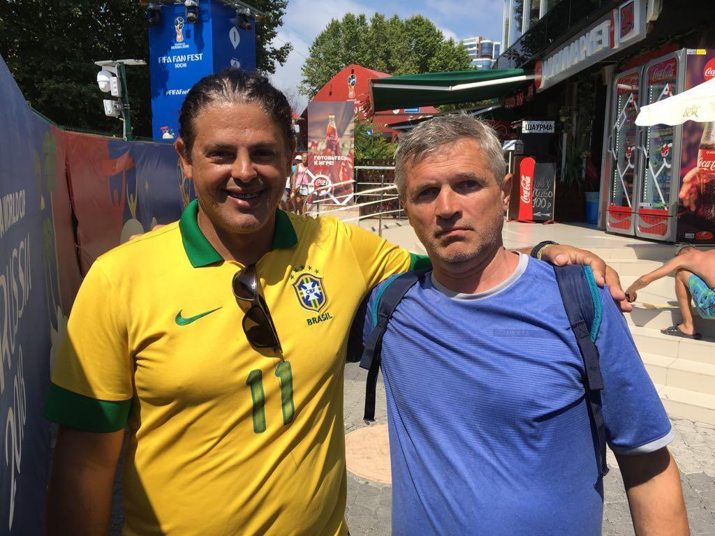 O mineiro Douglas Silva Fonseca com um morador de Sochi.