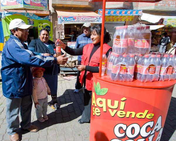 Dans une rue de La Paz, un stand pour vendre le « Coca-Colla », une boisson gazeuse à base de coca et fabriquée en Bolivie.